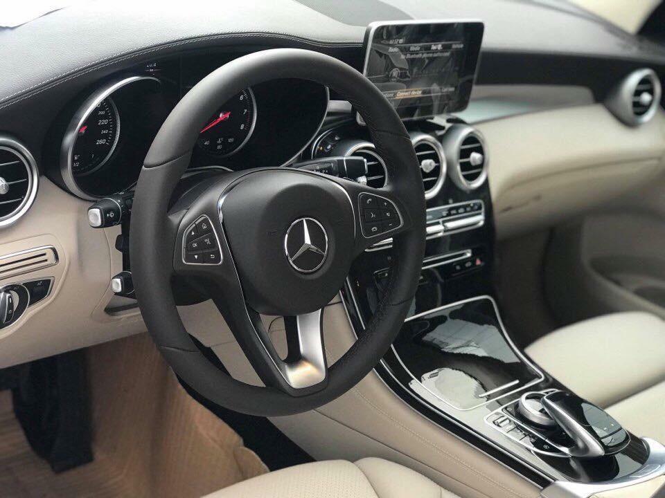 Mercedes-Benz GLC200 2018 chỉ dùng vô lăng 3 chấu thông thường