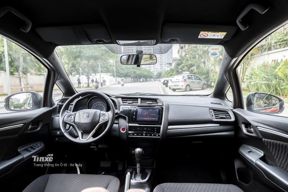 Nội thất với ghế bọc nỉ và vô-lăng ba chấu bọc da của Honda Jazz RS