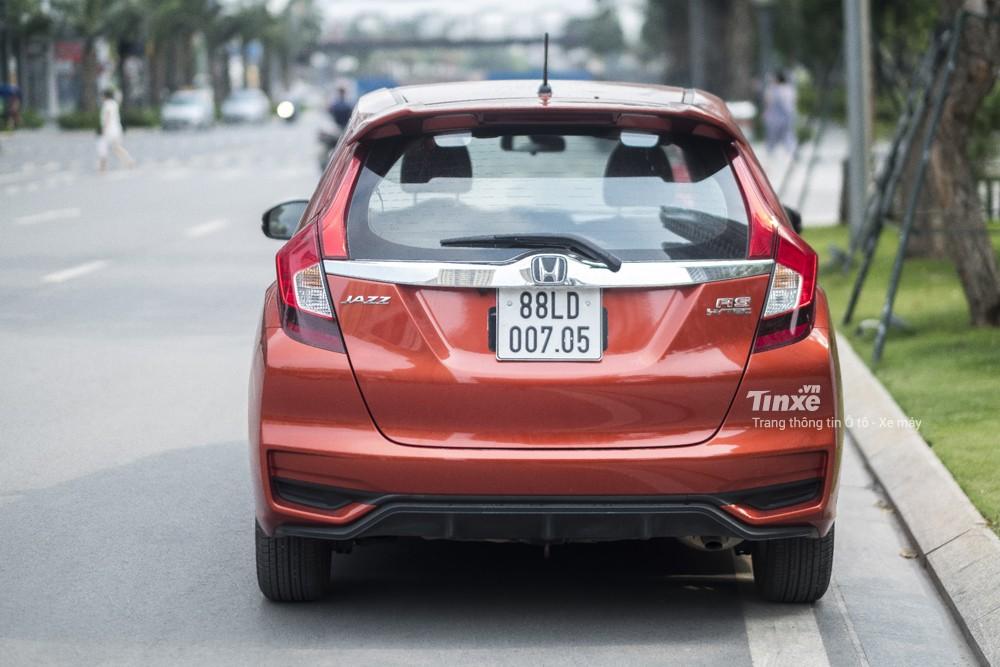 Khi nhìn từ phía sau, Honda Jazz RS cũng khá cá tính với đèn hậu LED, cản sau thể thao, đuôi gió