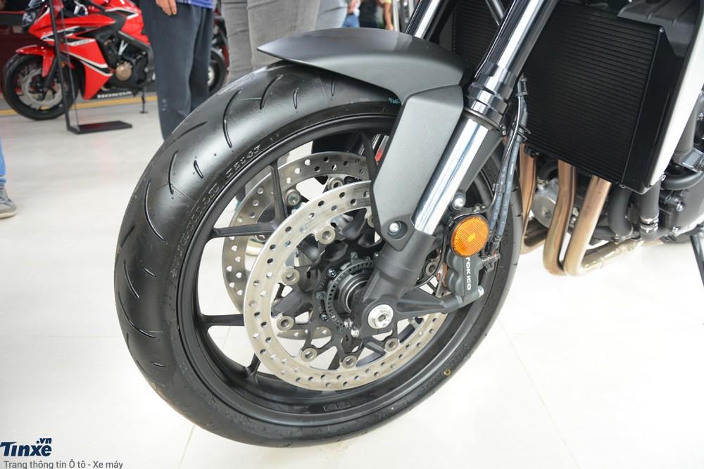 Lực hãm trên Honda CB1000R 2018đến từ cặp phanhđĩa trướccóđường kính và đi kèm kẹp phanh 4 piston. Phanh đĩa đơn 256 mm phía sau cókẹp phanh 2 piston