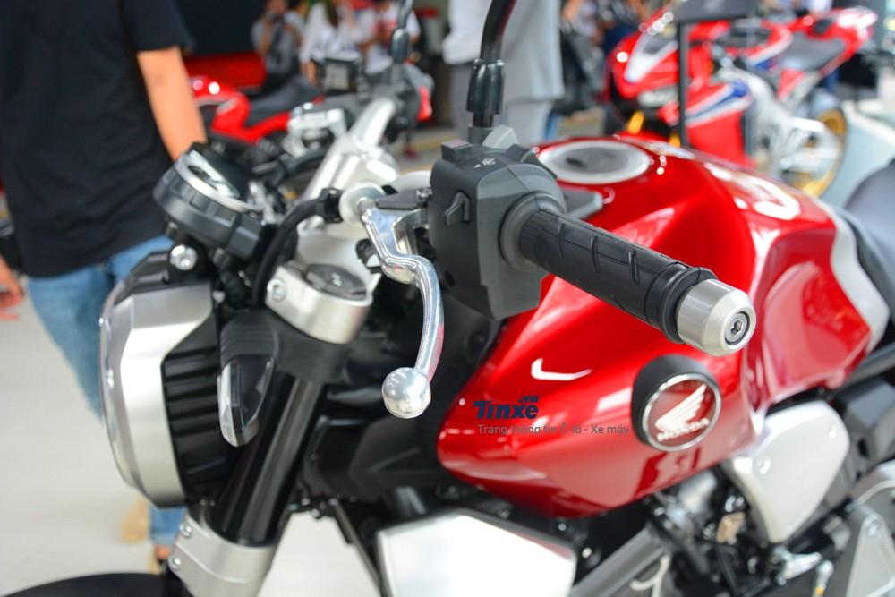 Honda CB1000R 2018 cuối cùng cũng đã được bổ sung hệ thống bướm ga điện tử Ride by Wire. Xe có 3 chế độ lái là Rain, Standard và Sport. Thêm vào đó là hệ thống kiểm soát lực kéo và kiểm soát phanh động cơ.