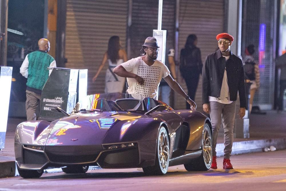 Chris Brown bên chiếc Rezvani Beast của mình