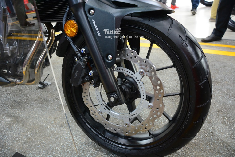 Để kìm hãm khối động cơ trên, Honda trang bị cho CB500X 2018 đĩa trước