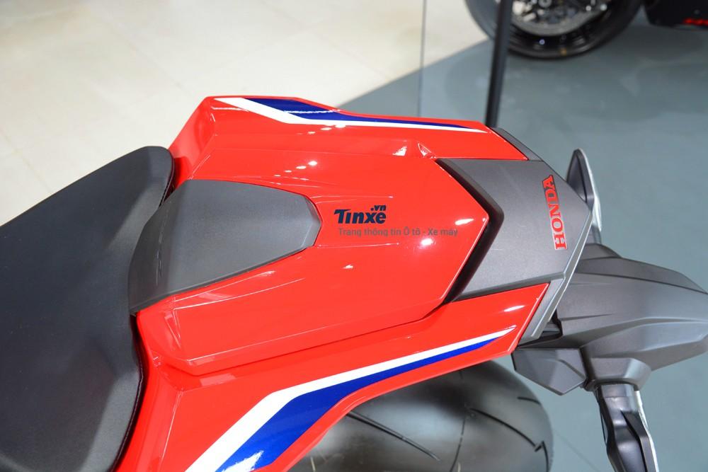 Thậm chí, nhìn sang đối thủ là BMW S1000RR mới được Thaco đại hạ giá xuống còn 579 triệu Đồng, bản tiêu chuẩn của CBR1000RR FireBlade 2018 cũng rẻ hơn 19 triệu Đồng.