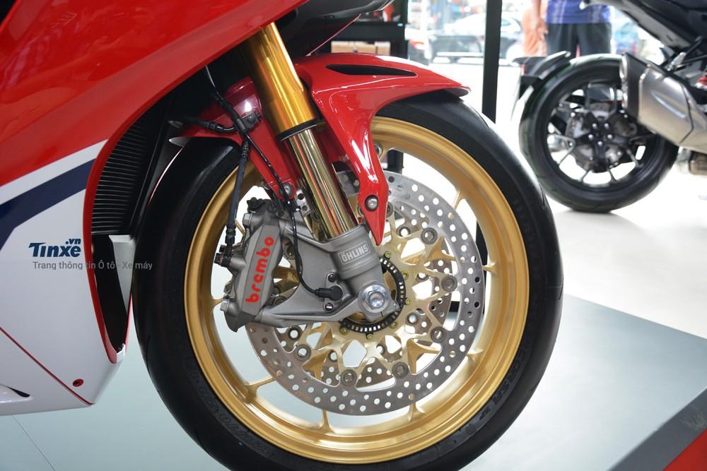 Honda trang bị cho siêu mô tô này cặp thắngđĩa trước cóđường kính320 mm