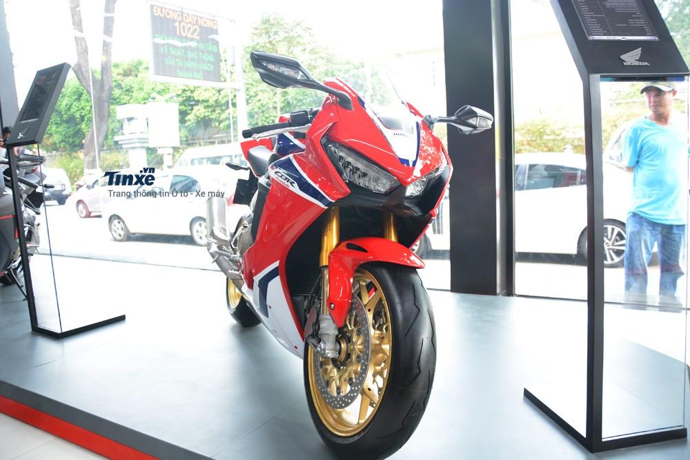 Trong số 9 cái tênđìnhđámđược hãng Honda lầnđầu phân phối chính hãng tại Việt Nam, siêu mô tô Honda CBR1000RR FireBlade SP 2018 chính là nhân tốđược khách tham quan cũng như các bạn trẻđặc biệt chúý.