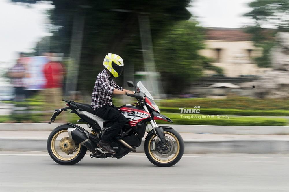 Ducati Hyperstrada 821 có khả năng tăng tốc tốt