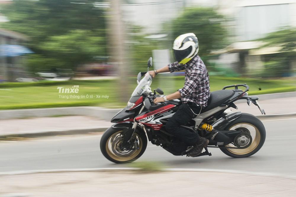 Việc vào cua với Ducati Hyperstrada 821 khá dễ dàng
