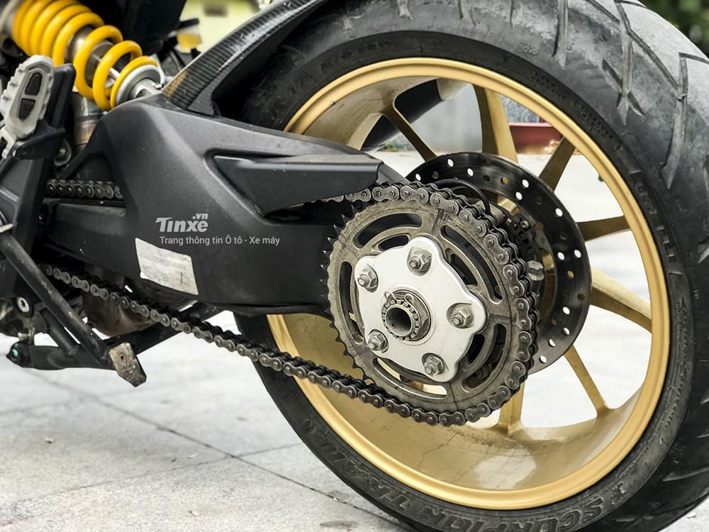 Ducati Hyperstrada 821 trang bị gắp đơn