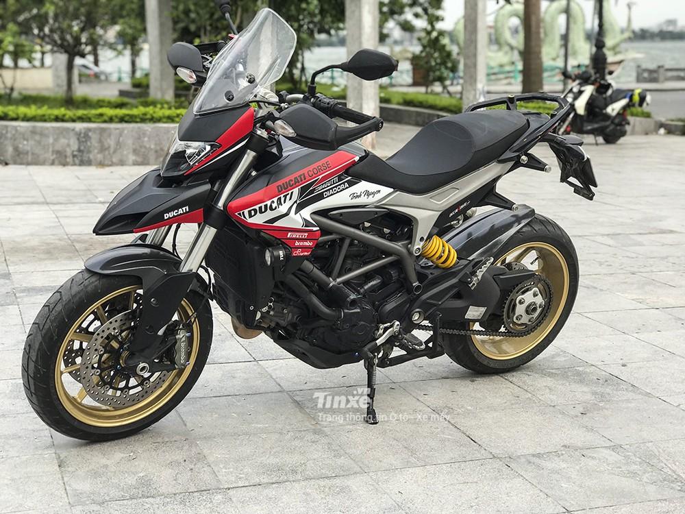 Ducati Hyperstrada 821 có chiều cao yên vừa phải