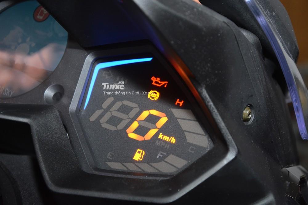 Ngoàiđồng hồ tròn nằm chính giữa, Kymco còn trang bị thêm 2 màn hình khác cho mẫu xe ga 550 phân khối của mình