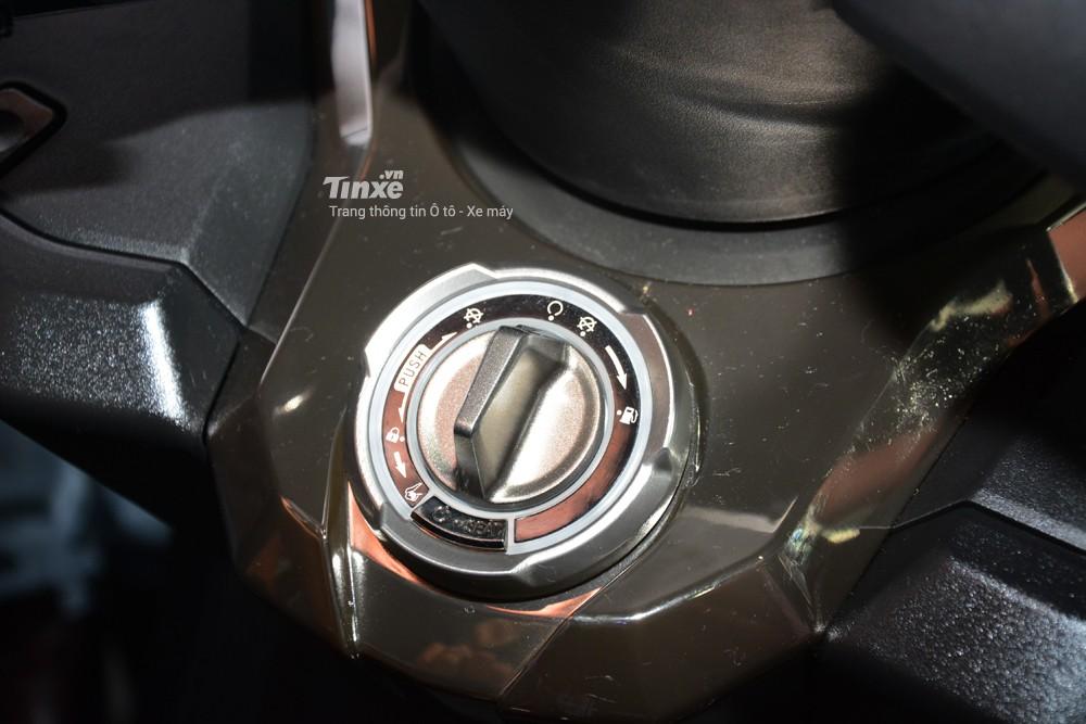 Phíadưới tay lái chính làổ khoá thông mình smart key tích hợp luôn mở cốp xe, nắp xăng, hộcđựngđồ