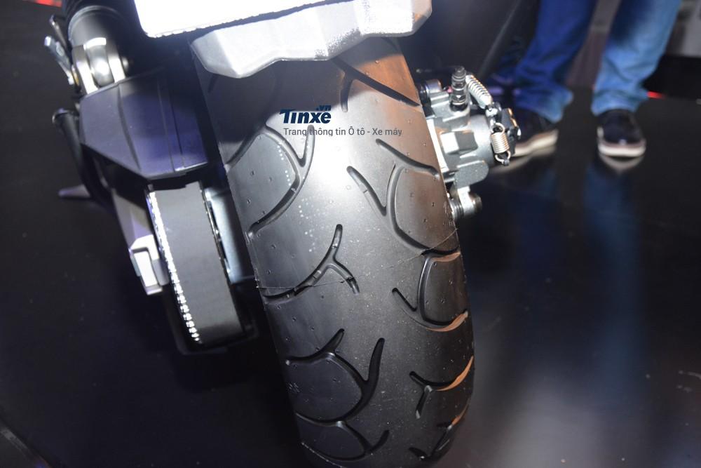 Kymco AK550 được trang bịcặp vành đúc 15 inch đi kèm là lốp không săm với lốp trước có kích thước 120/70 và lốp sau là 160/60.