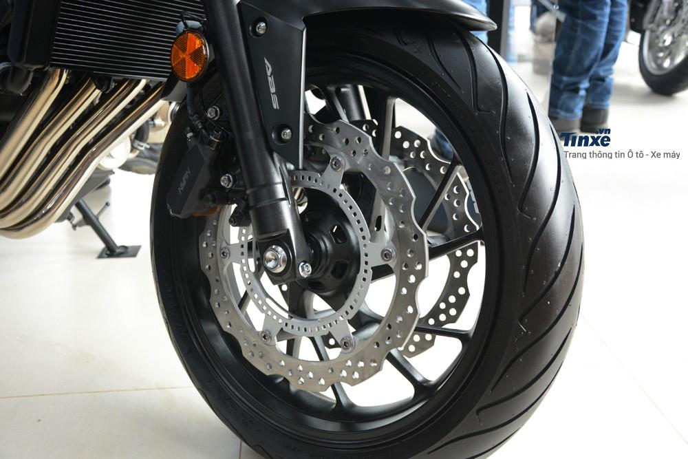 Hãng Honda trang bị cho chiếc naked bike cặp thắng đĩa phía trước và sau dạng đơn