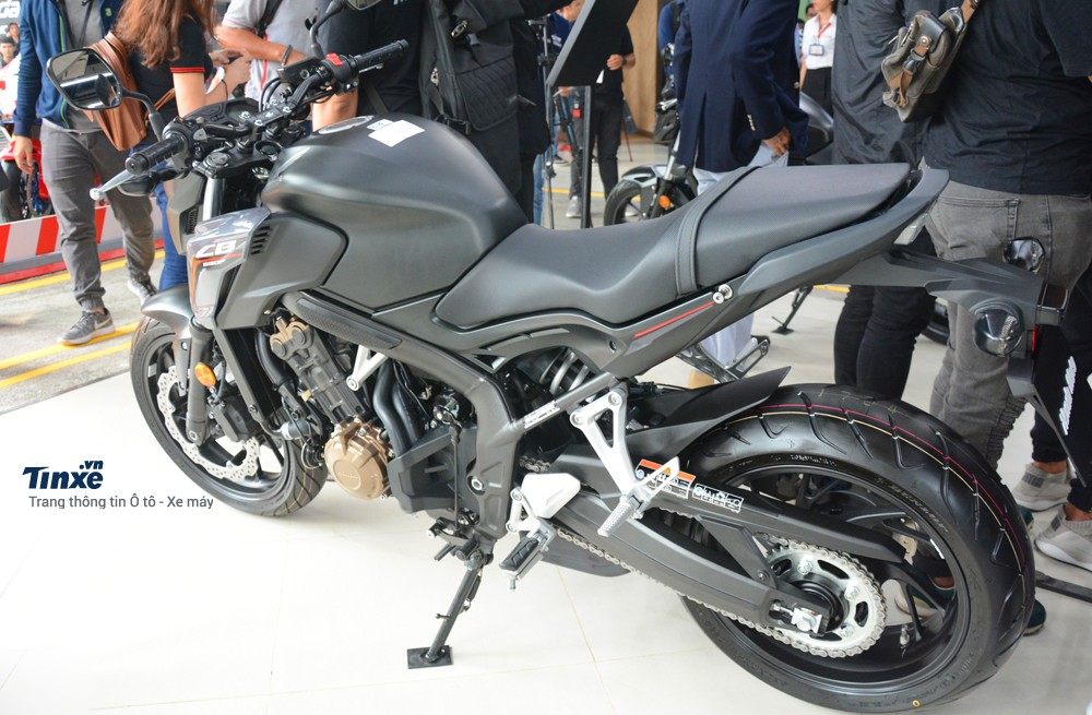 Hiệnnay,đối thủ chính của Honda CB650F 2018 chính là Kawasaki Z650đangđược phân phối chính hãng với mức giá tốt hơn, tầm 218 triệuĐồng.