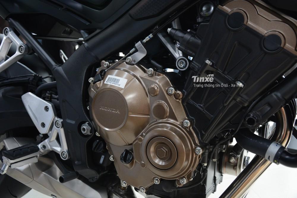 Trái tim của Honda CB650F 2018 là khối động cơ 4 xy-lanh thẳng hàng, làm mát bằng dung dịch, phun xăng điện tử PGM-FI,