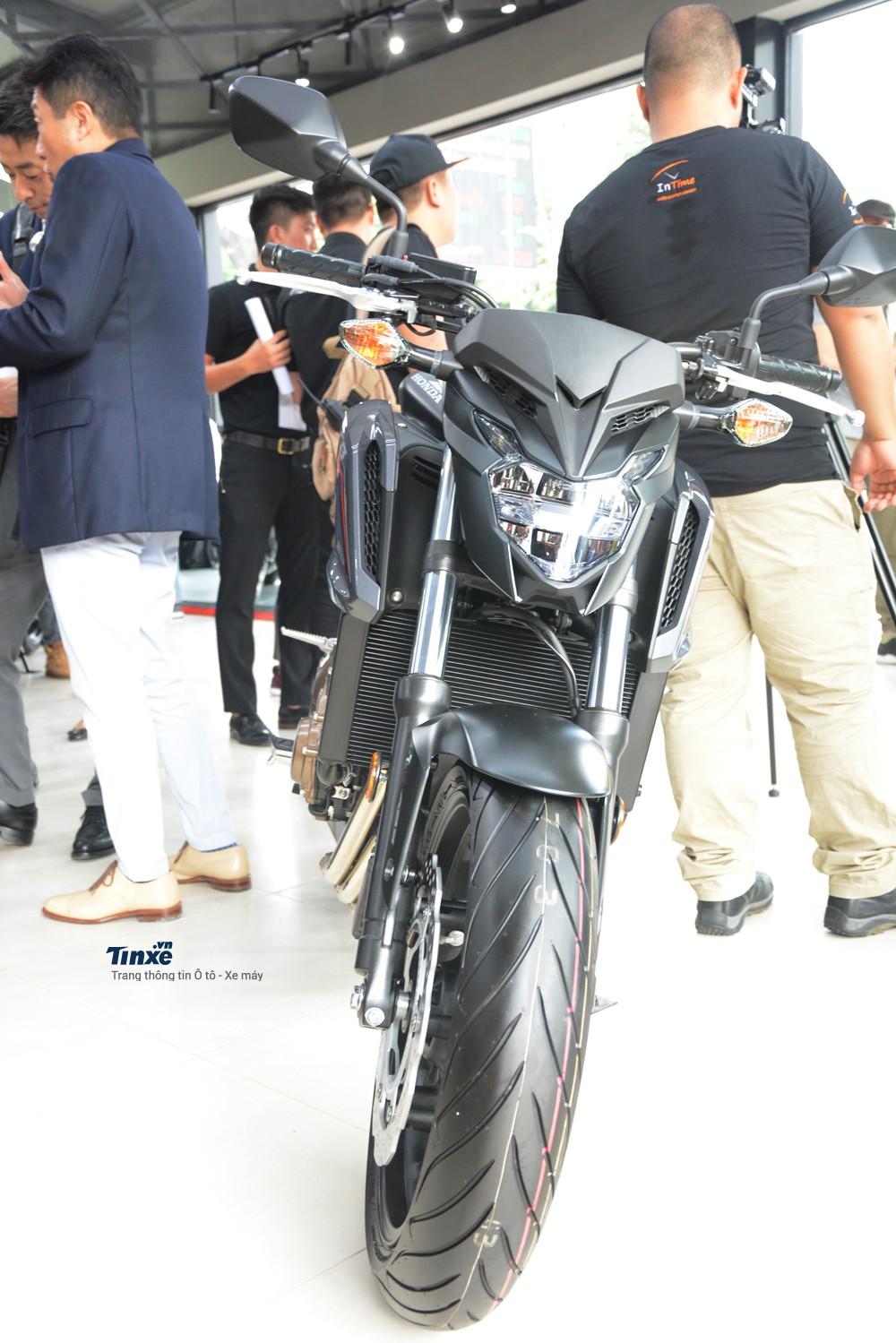 Honda CB650F 2018 có kích thước tổng thể bao gồm chiều dài2.110 mm, rộng775 mm và cao 1.120mm. Chiềudài cơ sở của xeđạt 1.450 mm.