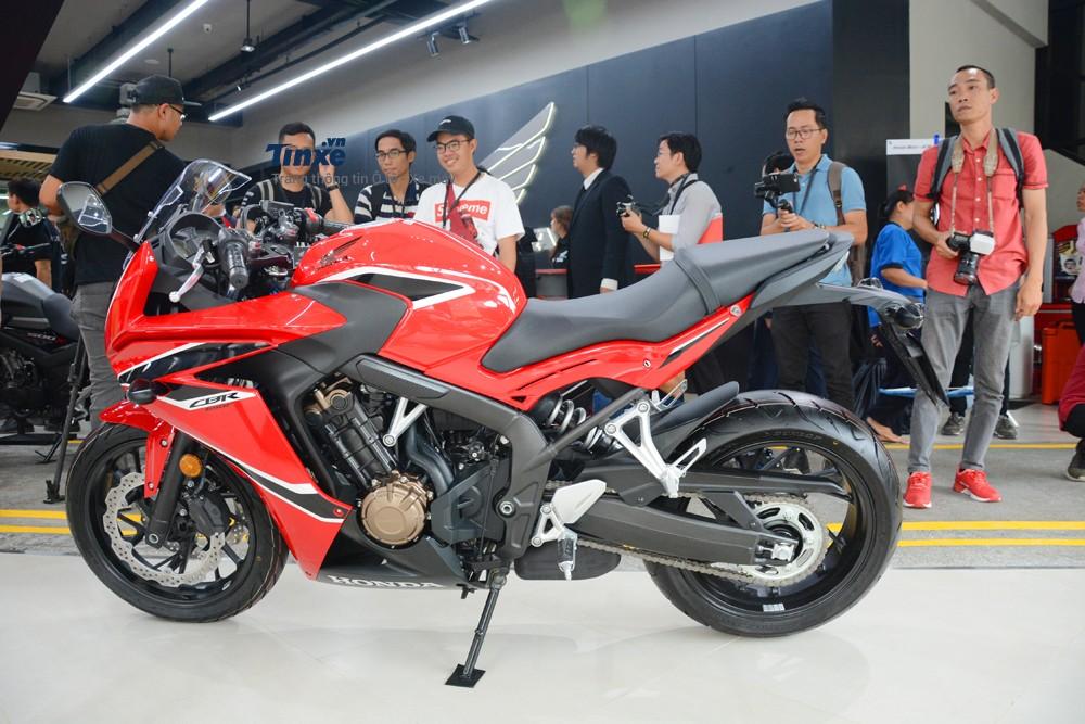 Khoảng sáng gầm của Honda CBR650F 2018 là 130 mm. Trọng lượng chiếc sport bike 650 phân khốicủa Honda là 211 kg.