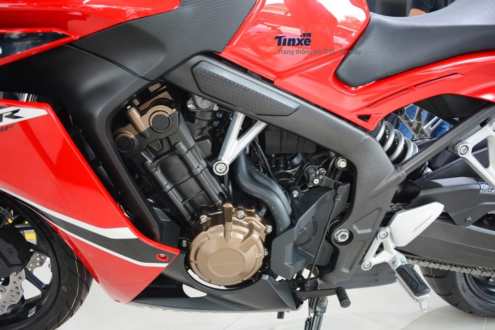 trái tim trên Honda CBR650F 2018 chính làkhối động cơ 4 xy-lanhthẳng hàng, DOHC,làm mát bằng dung dịch, dung tích 649 phân khối