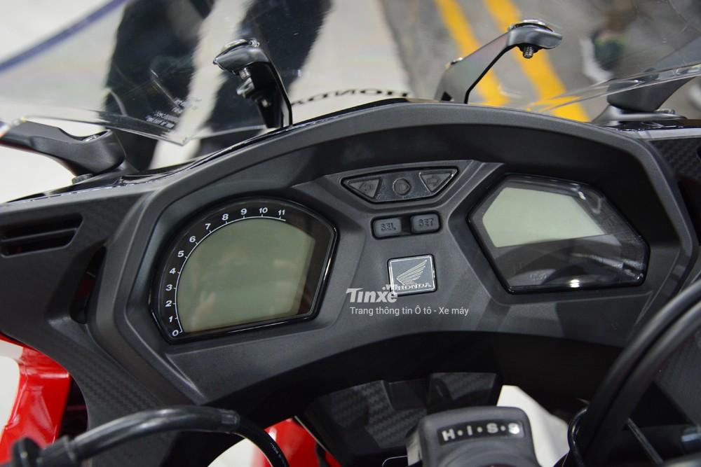 Bảngđồng hồ của Honda CBR650F 2018là 2 màn hình LCD tươngtự như chiếc naked bike 650 phân khối CB650F 2018.
