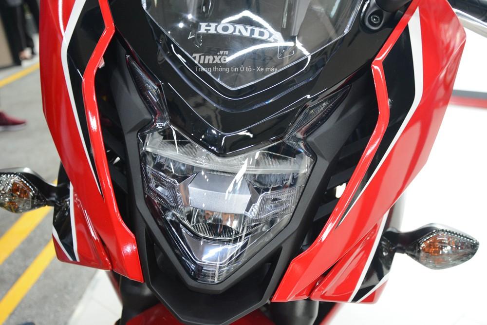 So với thế hệ cũ, Honda CBR650F 2018được trang bịđèn pha LED thiết kếđẹp mắt. Phía trênđèn pha lá kính chắn gió.