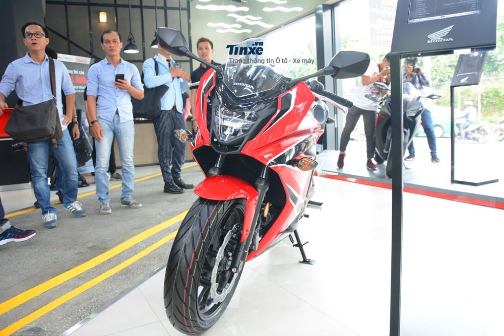 Đối thủ chính củaHonda CBR650F 2018 tại thị trường Việt Nam là Kawasaki Ninja 650đang có giá bán chính hãng 222 triệuĐồng. Như vậy, chiếc sport bike tầm trung của Honda có giá cao hơn 11,9 triệuĐồng.
