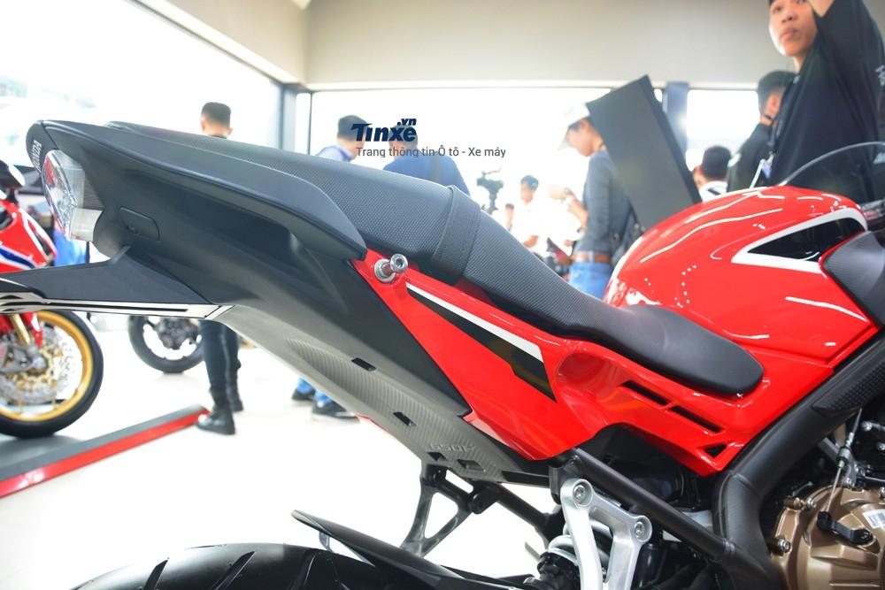 Chiều cao yên xe Honda CBR650F 2018 tính từ mặtđất rơi vào khoảng 810 mm.
