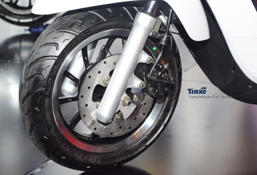 So với 2đối thủ còn lại,chiếc xe ga phổ thôngLike 125được hãng xe máyđến từĐài Loan tích hợp thêm hệ thống chống bó cứng phanh ABS trên cả 2 bánh.Hệ thống ABS trên Kymco Like 125làphiên bản Bosch 9.1M giống với chiếc sport bike tầm trung Kawasaki Ninja650.