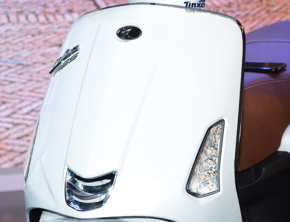 Phầnyếm xe của Kymco Like 125 có thiết kếkhá giống với các mẫu xe ga của Piaggio.Đèn xi nhan vàđèn định vị LED cũngđược tích hợp trên yếm xe.