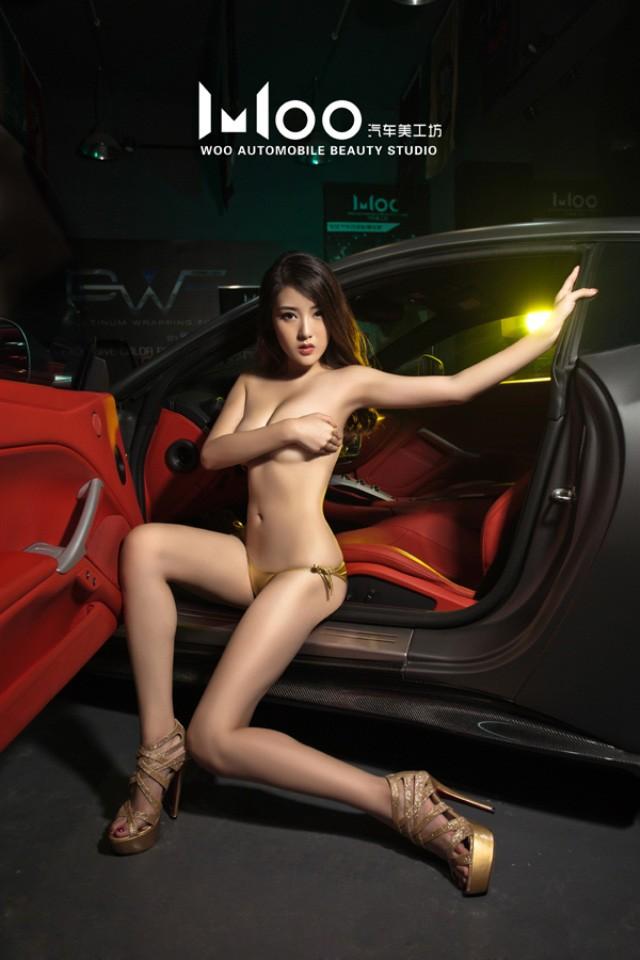 """Mùa hè """"mát lạnh"""" với cảnh chân dài diện bikini bóng mượt bên Ferrari F12 độ - 3"""