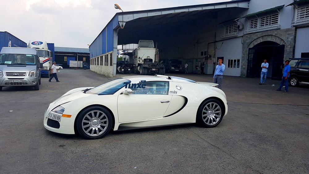 Trước khi về tay nhà sưu tập siêu xe khủng nhất Việt Nam làĐặng Lê Nguyên Vũ, chiếc Bugatti Veyronđãđược yên cầu sơn lại thành 1 tông màu trắng thay cho màuđỏ-trắng nguyên bản của xe.Điều nàyđã khiến khôngít người chơi xe tại Việt Nam bất ngờ.