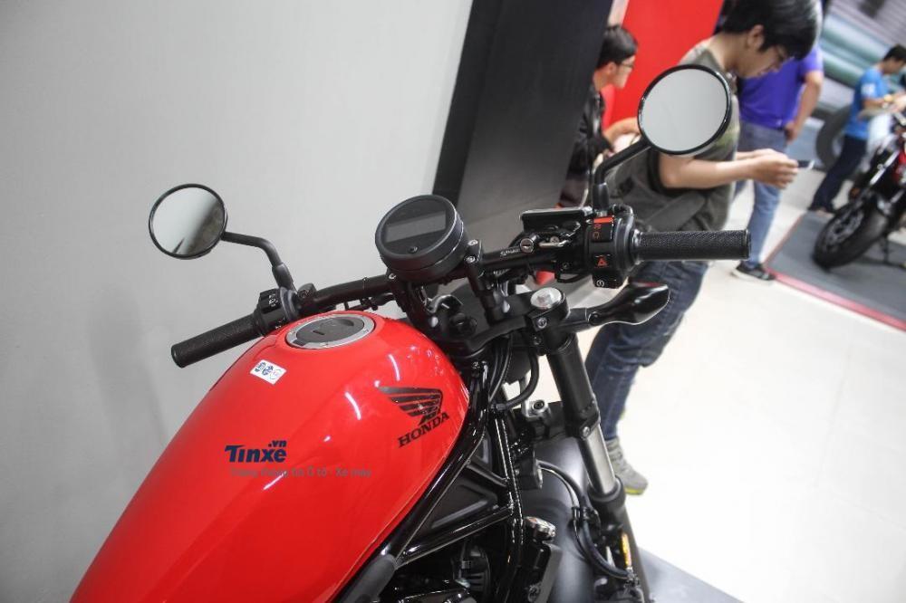 Honda Rebel 500 cũng được trang bị đồng hồ tròn với màn hình LCD như đàn em Rebel 300. Khung sườn củaxedạng ống.Góc choãi 28 độ.Bình xăng dung tích 11,2 lít.