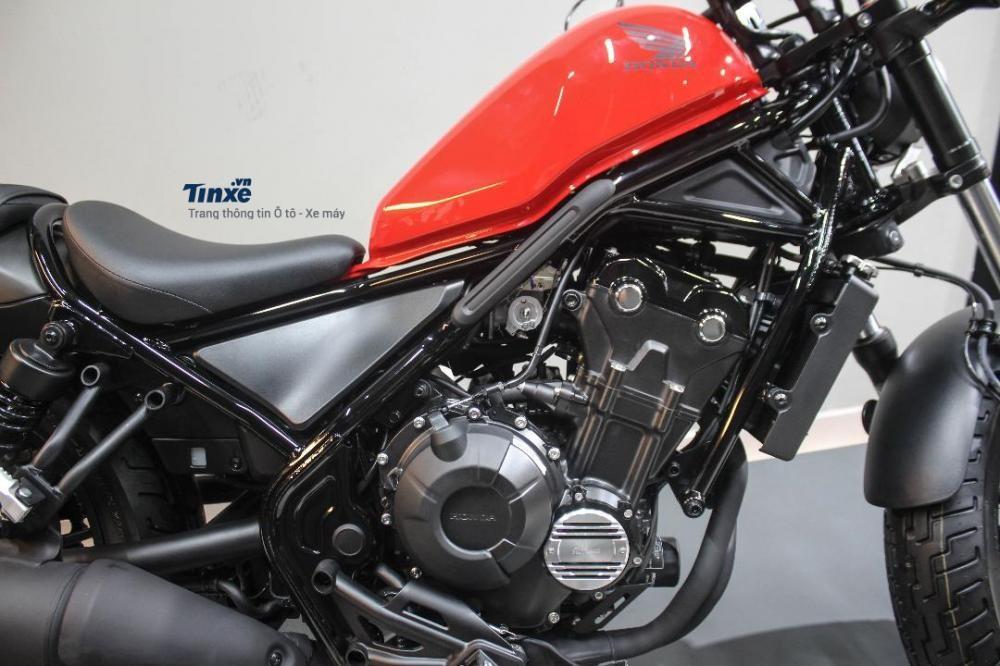 Điểm khác biệt duy nhất củaHonda Rebel 500 so với Rebel 300 chính là dung tíchđộng cơ lớn hơn. Cụ thể,khối động cơxy-lanh đôi song song, 8 van, dung tích 471 phânkhốicủaRebel 500 đượclấy từ sport bike tầmtrungCBR500R.