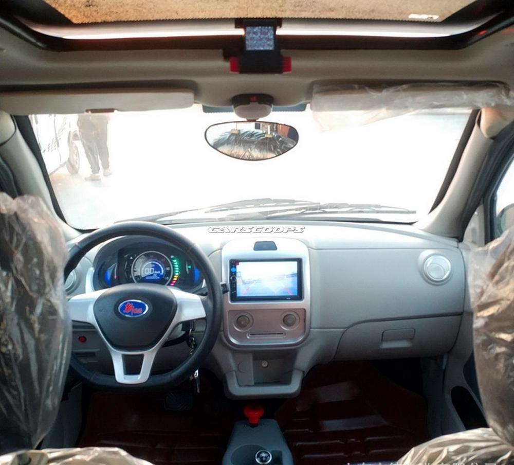 Nội thất xe sơ sài với một màn hình cảm ứng trên mặt táp lô và bảng tín hiệu kỹ thuật số