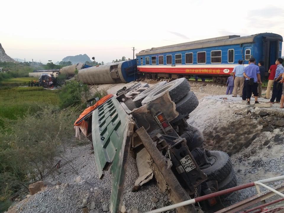 Chiếc ô tô tải chở đá bị lật bên đường ray