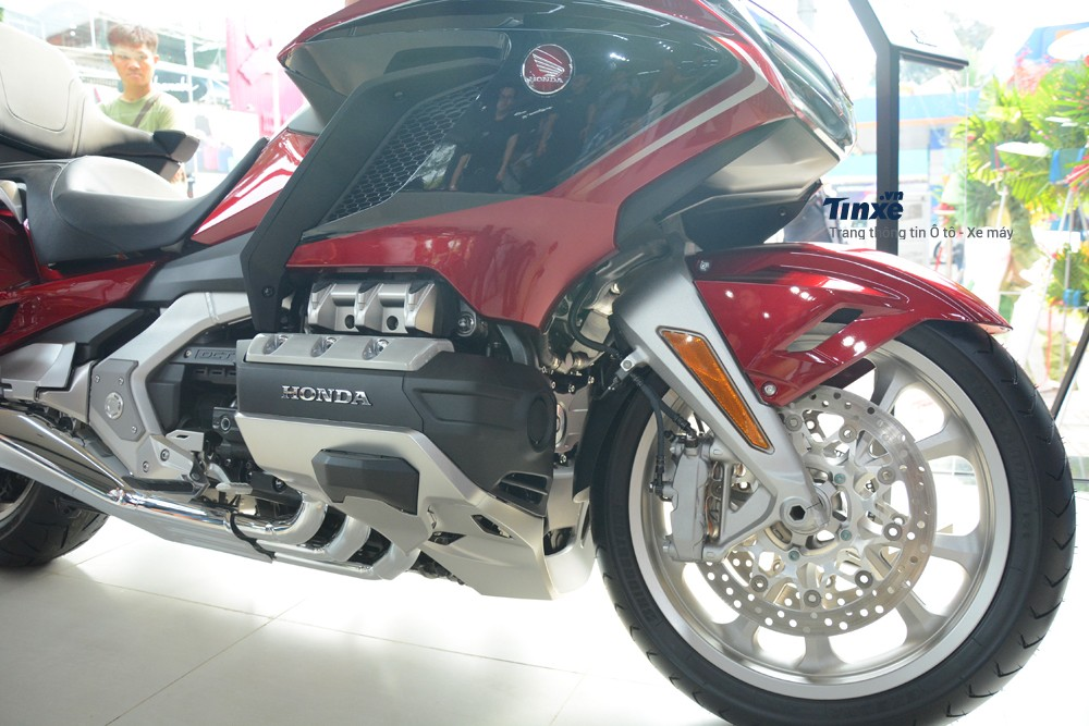 Honda Gold Wing 2018có hệ thống treo an toàn nhất trong các dòng mô tô, phuộc trước của xelà loạiwishbonevàphuộc sau lò xo trụ đơn liên kếtvới Pro-Link