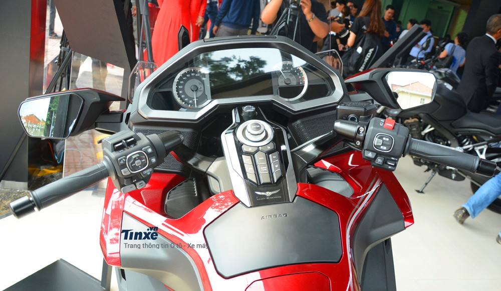 Cận cảnh buồng lái của HondaGold Wing 2018 cógiá bán chính hãng1,2 tỷĐồng tại thị trường Việt Nam.