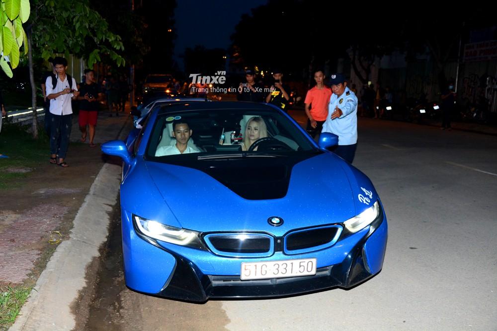 BMW i8 của một nữ doanh nhân trẻ tuổi cũng góp mặt vào sự kiện Car & Passion Tây Nguyên. Cô gái này cũng tham dự vào hành trình siêu xeđìnhđám diễn ra vào tháng 3/2018.