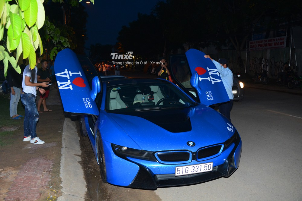 Ngoại thất chiếc BMW i8 nàyđược dánđổi màu xanh dương nổi bật. Chưa dừng lạiđó, nữ chủ nhân còn phủ thêm một lớpkim tuyến khá nổi bật.