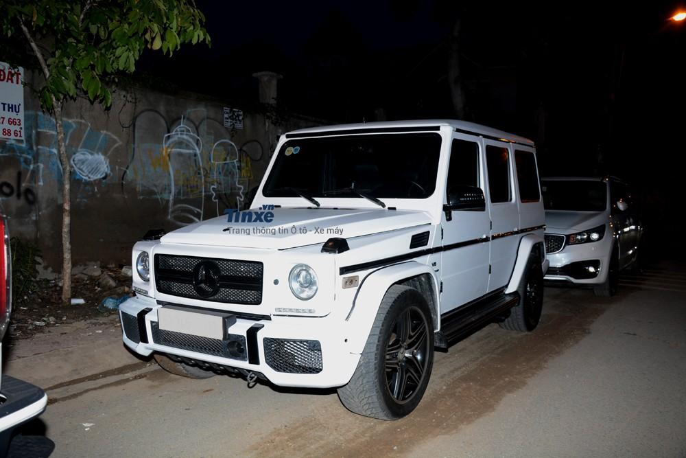 Chiếc Mercedes-Benz G55 AMG này từng thuộc sở hữu của Cường Đô-la. Chiếc SUV hạng sangđãđược sơn lại màu trắng. Nguyên bản xe có màu sơnbạc.