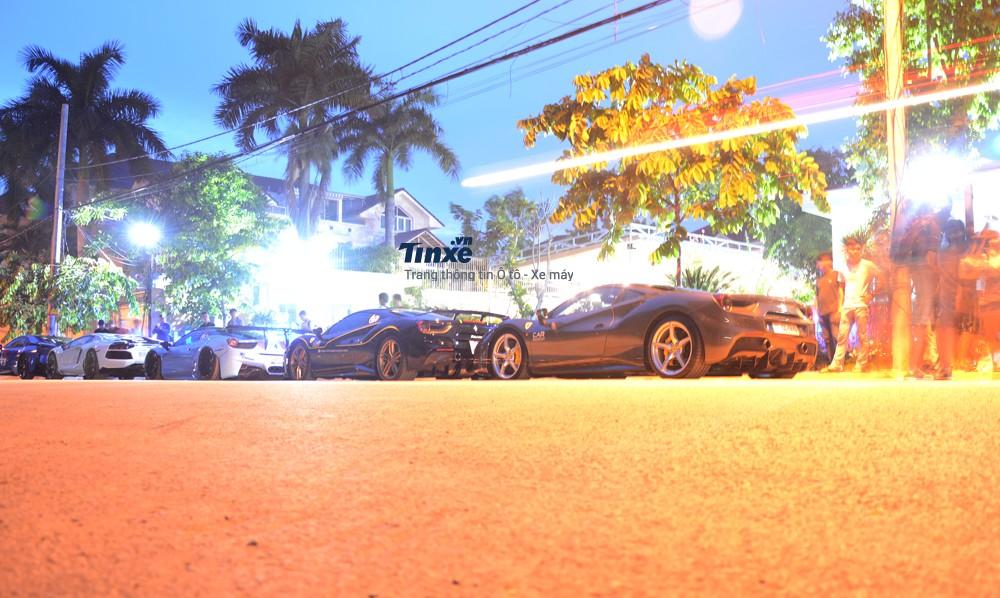 Dàn siêu xe của các thành viên Car & Passion xếp hàng dài trên phố.