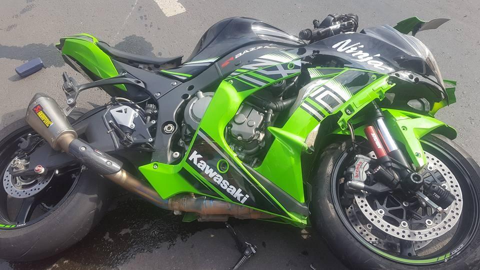 Chiếc mô tô Kawasaki Ninja ZX-10R bị hỏng đáng kể sau tai nạn