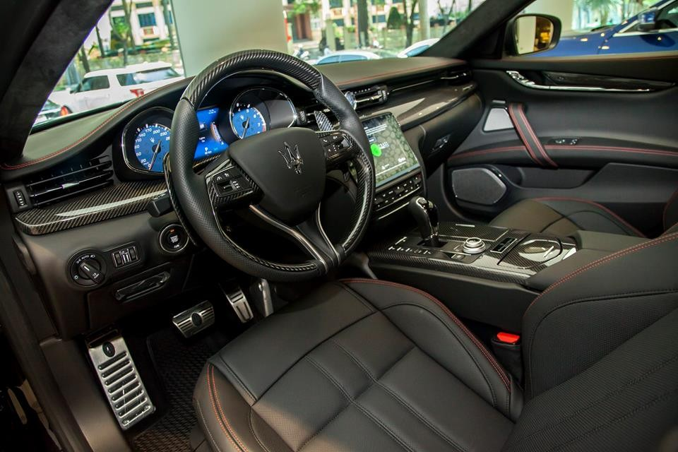 Tiến vào bên trong khoang láichiếcMaserati Quattroporte GTS Gransport Nerissimo Edition độc nhất vô nhị tại thị trường Việt Nam có nội ybao phủ một màuđen tuyền.