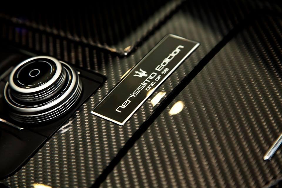 Bệ cần số được ốp sợi carbon bóng, ngoài ra còn có một tấm huy hiệu đen với hình ảnh logo cây đinh ba và dòng chữ Nerissimo Edition One of 50