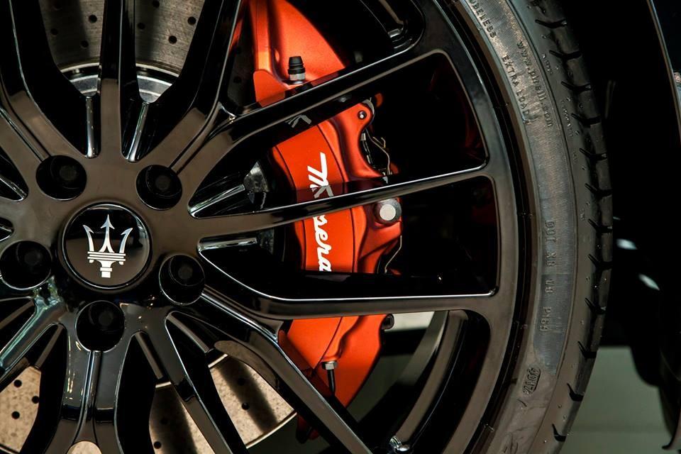 Điểm nhấnở ngoại hình chiếcMaserati Quattroporte GTS Gransport Nerissimo Edition chính là cùm phanh sơn màuđỏ bắt mắt.