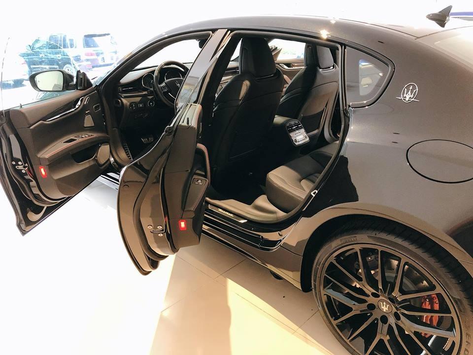Nerissimo trong tiếngý có nghĩa làđen,đó cũng chính là lý do vì sao chiếcMaserati Quattroporte GTS Gransport Nerissimo Edition xuấthiện tại Việt Nam có ngoại thấtđen toàn thân. Ngoài màuđen bóng, chiếc sedan hàng hiếm còn có các chi tiết khác bằng sợi carbon bóng nhưlip cản trước, tay nắm cửa, vỏ gương và cột B.
