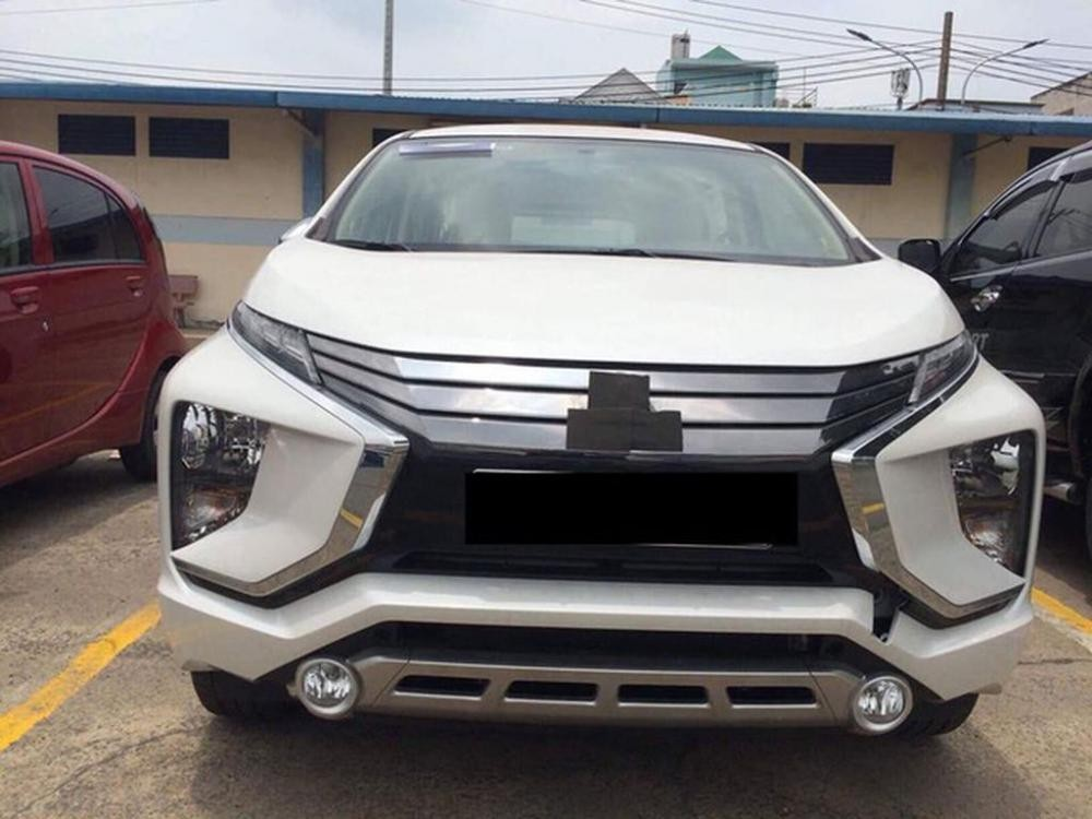 Chiếc Mitsubishi Xpander được dán kín logo trên đầu xe