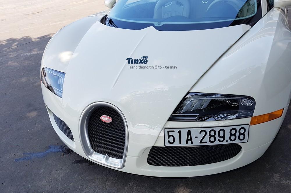 Bugatti Veyron có kích thước tổng thể bao gồm chiều dài 4.462mm, rộng1.998mm và chiều cao1.159mm. Chiều dài cơ sở của ông hoàng tốcđộđạt mức2.710mm. Trọng lượng của xe dao động từ1.838 đến 1.990 kg.
