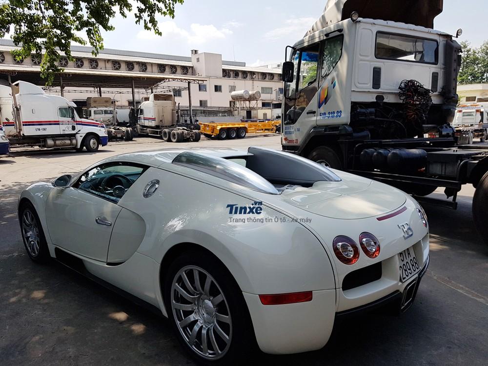 Bugatti Veyron xuấthiện tại Việt Nam vào tháng 2/2012, siêu xe này chỉ lăn bánh dưới 6 lần trênđường phố Sài thành trước khi đắp mền dưới garage của Minh Nhựa khoảng 4 năm.