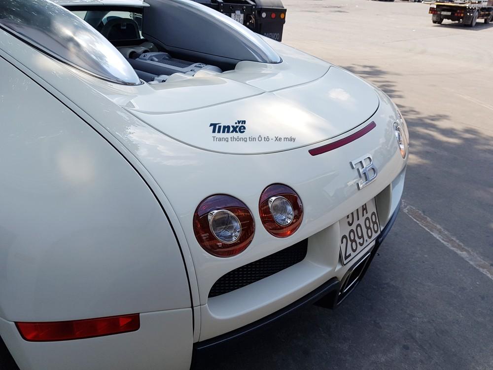 Khốiđộng cơ trên giúp Bugatti Veyron chỉ mất chưađầy 2,5 giây là có thể tăng tốc lên 100 km/h từ vị trí xuất phát. Từ 0-200 km/hông hoàng tốcđộ tốn khoảng thời gian 3,8 giây. Tốcđộ tốiđa trênBugatti Veyron bản tiêu chuẩn là408.84km/h. Nhữngcon sốnàyso vớicácsiêuxeđượcsảnxuấttrong năm2005 làđiềuđángnể.